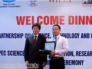 Bộ KH&CN trao Giải thưởng Khoa học APEC cho tiến sỹ Yanwu Zhu