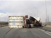 Clip: Xe tải chở hàng nặng lật nhào trên đường