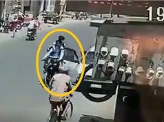 Clip: Ô tô mở cửa bất cẩn, 2 học sinh chết thảm dưới bánh xe tải