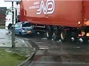 Clip: Xe container kéo lê chiếc Toyota trên đường
