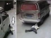 Clip: Kinh hoàng cảnh ô tô cán ngang qua người em bé