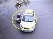 """Clip: Ôtô tông xe máy, """"nuốt"""" trọn người phụ nữ vào gầm"""