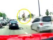 Clip: Nghe điện thoại lúc qua đường, người phụ nữ bị tông tử vong