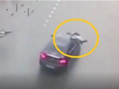 Clip: Bị ô tô húc bay người, thanh niên đi xe đạp sống sót thần kỳ