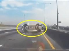 Clip: Ôtô lật ngửa vì chạy cắt mặt xe khác