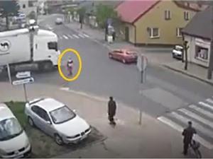 Clip: Qua đường sai luật, người phụ nữ chết thảm dưới gầm xe container