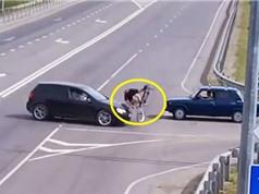 Clip: Ghê rợn cảnh xe Volkswagen húc bay người đi xe đạp