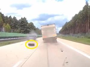 Clip: Sửng sốt trước cảnh xe tải rơi 2 bánh trên đường cao tốc