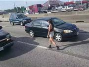 Clip: Hot girl liều mạng đi bộ ngược chiều trên đường cao tốc