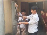 Clip: Dùng tay không bắt rắn hổ mang hơn 2 mét ở Tuyên Quang