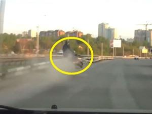 Clip: Chạy môtô tông vào dải phân cách, kẻ nhập viện, người tử vong tại chỗ