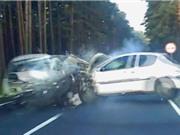 """CLIP HOT NHẤT TRONG NGÀY: Xe hơi gây tai nạn đáng sợ, trăn khổng lồ """"diệt gọn"""" đàn gà"""