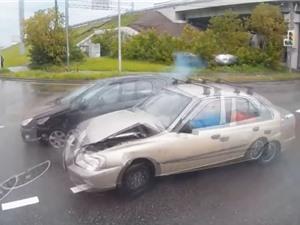 Clip: Vượt đèn đỏ, xe hơi gây tai nạn thảm khốc