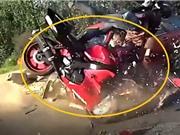 Clip: Rợn người cảnh mô tô tông nhau với ô tô