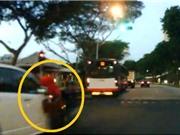 Clip: Ráng vượt đèn đỏ, xe đạp bị ô tô tông