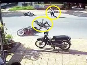 Clip: Hai xe máy gặp tai nạn vì… tông phải chó chạy rông
