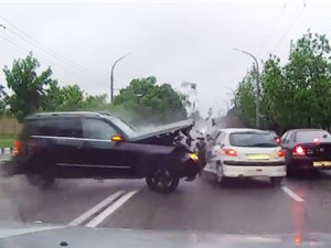 Clip: Xe hơi tông liên tiếp 8 ôtô, tài xế vẫn may mắn thoát chết