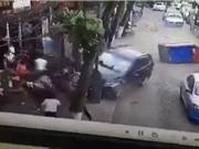 """Clip: Ôtô """"điên"""" tông hàng loạt xe và người trên phố"""