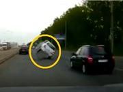 Clip: Chiếc ô tô lật tung vì... đi qua nắp cống