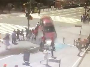 Clip: Cận cảnh ôtô lao vào đám đông ở Quảng trường Thời Đại