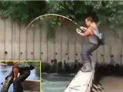 Clip: Cần thủ tóm gọn cá trê to như người