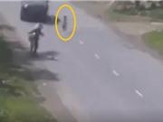 Clip: Mẹ khiến con suýt mất mạng khi qua đường