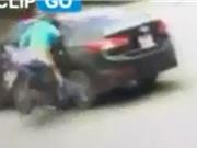 """Clip: Phóng xe máy """"như bay"""", cô gái tông phải ôtô ở Hà Nội"""