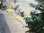 Clip: Tránh người đi bộ, nam thanh niên chạy xe máy lao đầu xuống đường