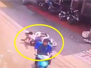 Clip: Người phụ nữ ngã sấp mặt vì cố tránh kẻ qua đường vô ý thức