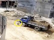 Clip: Xót xa cảnh em bé bị xe tải tông ở công trường xây dựng