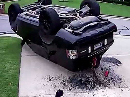 """CLIP HOT NHẤT TRONG NGÀY: Dính tai nạn kinh hoàng vì """"thích thể hiện"""", rắn đánh nhau giành bạn tình"""
