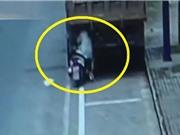 Clip: Chạy xe máy thiếu tập trung, cô gái trẻ lao vào đuôi xe tải