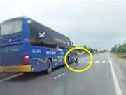 Clip: Qua đường ẩu, xe máy bị xe khách tông ở Hà Tĩnh