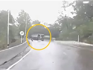 Clip: Kinh hoàng cảnh xe tải ôm cua gấp, nghiền nát xe máy