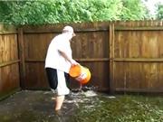 """Clip: Dùng xô bắt được 2 con cá trắm """"khủng"""" trong vườn nhà"""