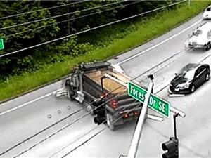 Clip: Khoảnh khắc sống sót kỳ diệu của tài xế ôtô bị xe tải tông