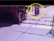 Clip: Kinh hoàng cảnh xe máy bị tàu hỏa cuốn vào gầm