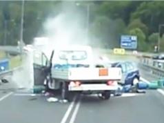 """Clip: Ôtô """"đấu đầu"""" xe tải trên cầu"""