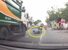 Clip: Điều khiển Honda Air Blade ngã trước đầu xe rác và cái kết bất ngờ