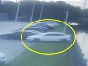 Clip: Thiếu quan sát, nữ tài xế lùi xe thẳng xuống sông