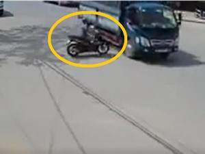 Clip: Thanh niên phóng xe như bay, đâm vào xe tải rồi bất tỉnh