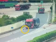 Clip: Vụ tai nạn khiến tài xế văng ra khỏi xe