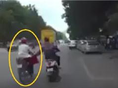 Clip: Bị giật túi xách, người phụ nữ ngã văng ra đường