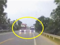 """CLIP HOT NHẤT TRONG NGÀY: Xe khách vượt ẩu kinh hoàng ở Huế, linh cẩu """"vùi dập"""" sư tử"""