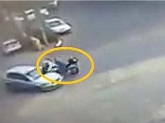 Clip: Chạy với tốc độ chóng mặt, Biker tông vào ô tô ngã sấp mặt