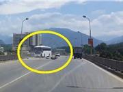 """CLIP HOT NHẤT TRONG NGÀY: Tai nạn kinh hoàng ở Lào Cai, bắt rắn độc """"siêu khủng"""" tại Phú Thọ"""