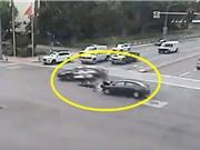 Clip: Ôtô vượt đèn đỏ, tông trúng xe cảnh sát