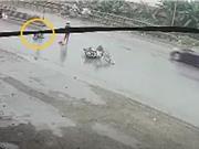 Clip: Gây tai nạn, cô gái bỏ mặc nạn nhân trên đường mưa