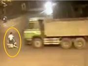 Clip: Qua ngã tư bất cẩn, người điều khiển xe máy bị xe ben cán tử vong