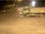 CLIP HOT NHẤT TRONG NGÀY: Chết thảm khi qua đường bất cẩn, hổ dữ làm nũng